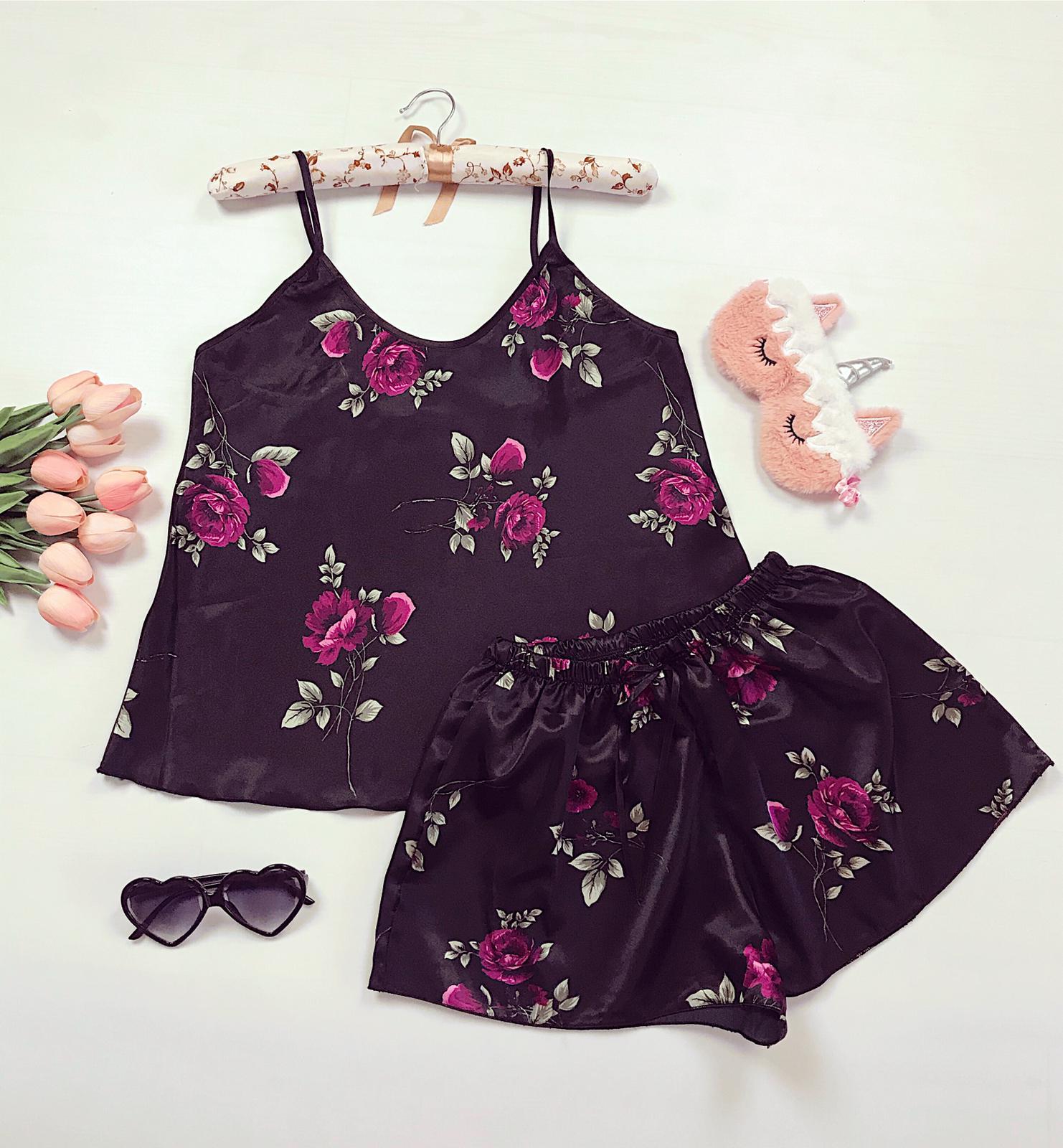 Compleu pijama negru maiou si pantaloni scurti din satin premium cu imprimeu floral unic