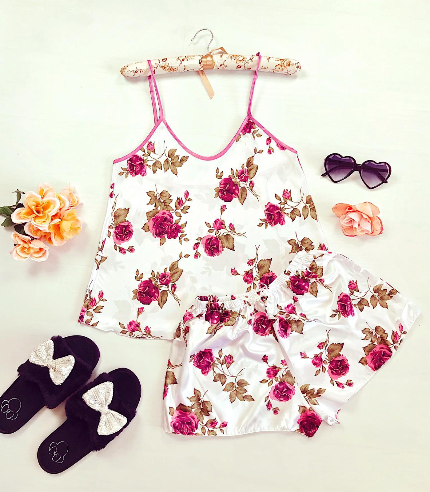 Compleu pijama set maiou si pantaloni scurti din satin premium alb cu imprimeu trandafiri roz delicati