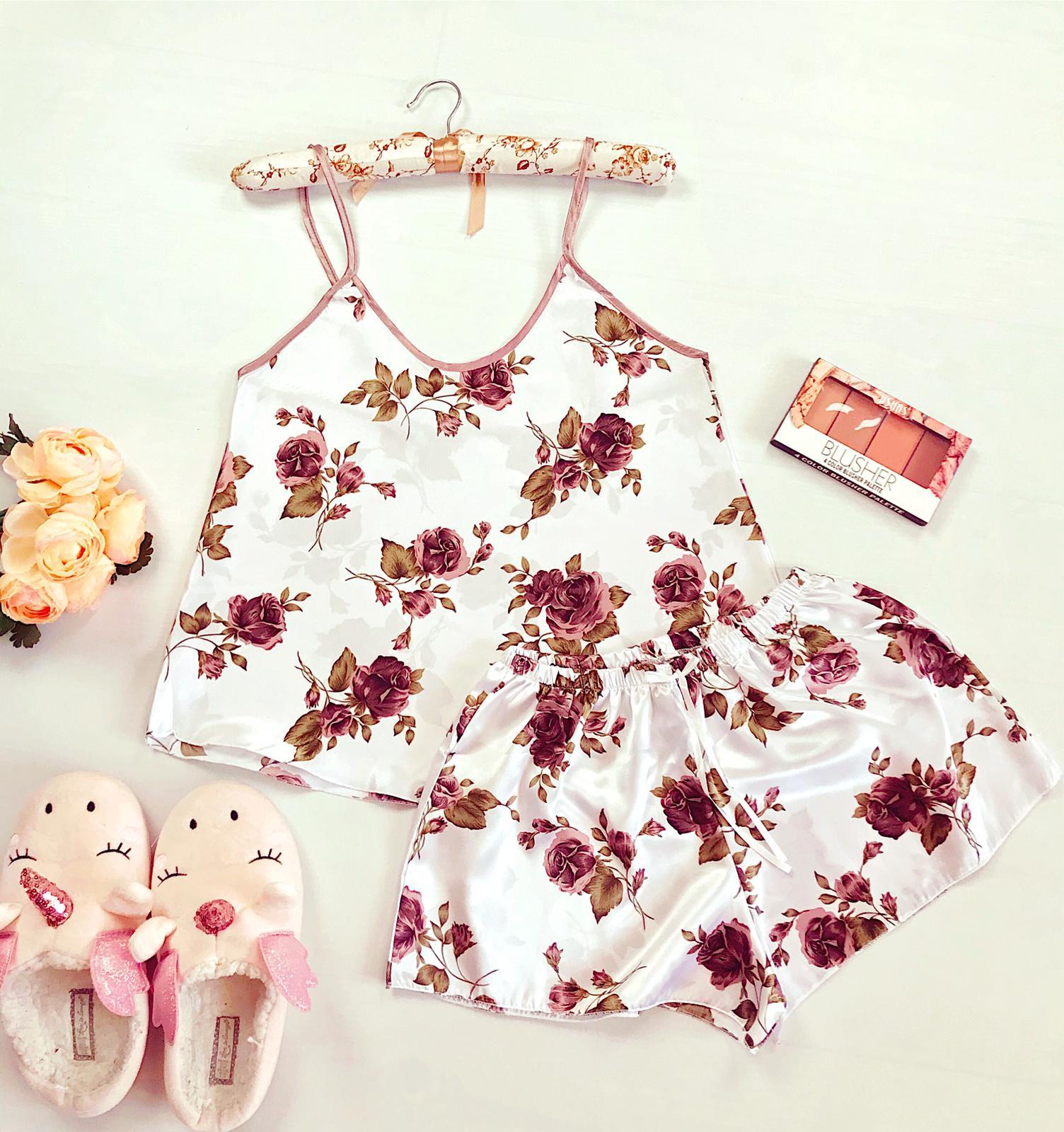 Compleu pijama set maiou si pantaloni scurti din satin premium alb cu imprimeu trandafiri bej delicati