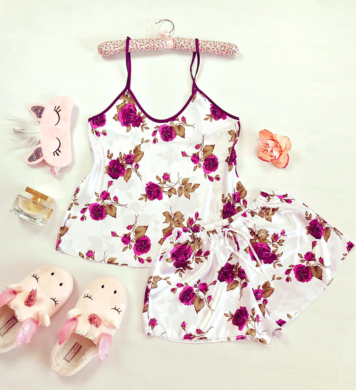 Compleu pijama set maiou si pantaloni scurti din satin premium alb cu imprimeu trandafiri mov delicati