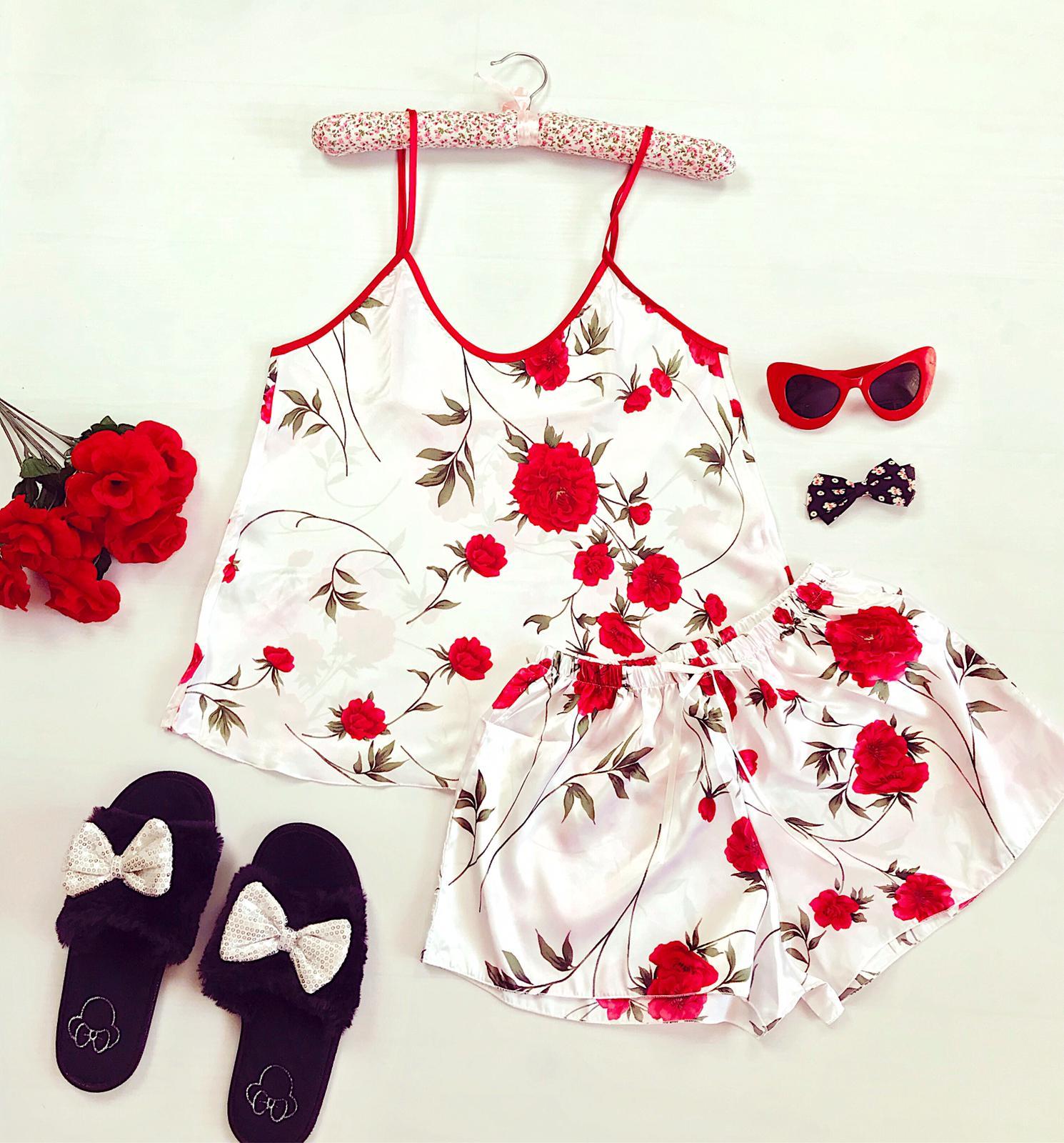 Compleu pijama set maiou si pantaloni scurti din satin premium alb cu imprimeu trandafiri rosii delicati