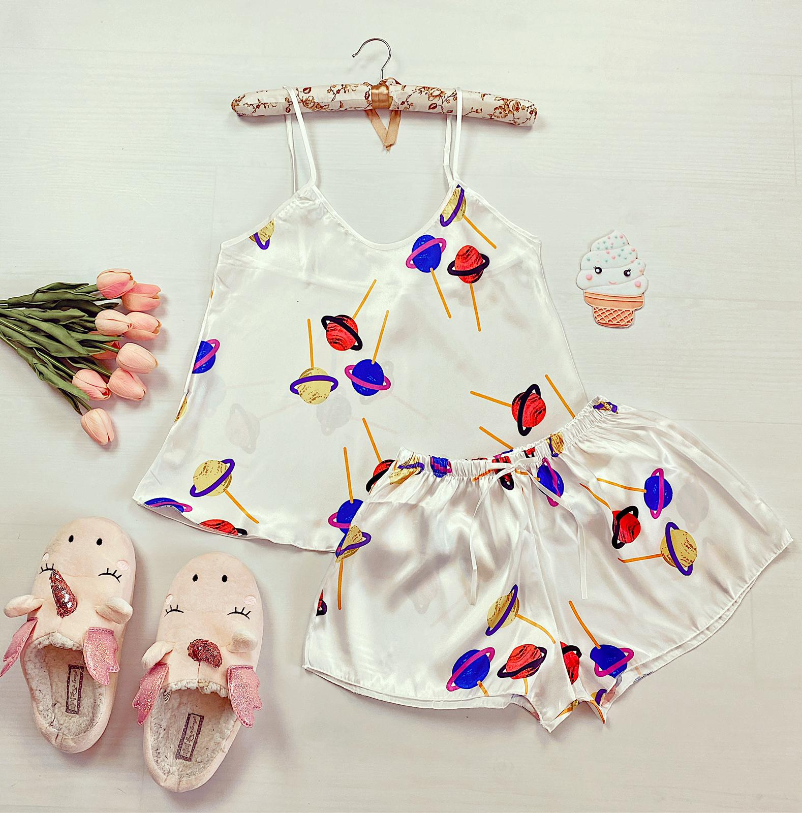 Compleu pijama set maiou si pantaloni scurti din satin premium alb cu imprimeu Acadele
