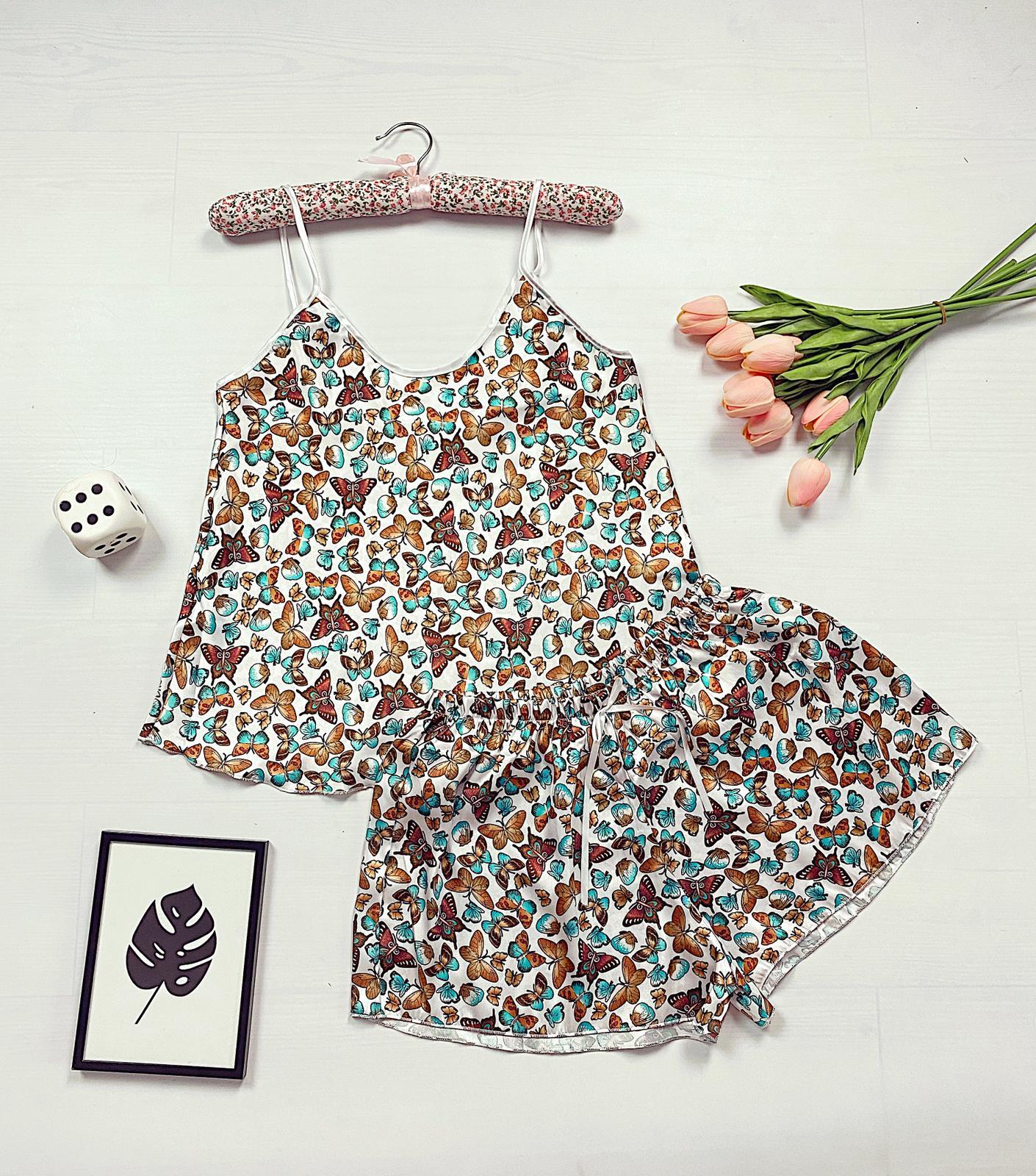 Compleu pijama set maiou si pantaloni scurti din satin premium alb cu imprimeu fluturi multicolori