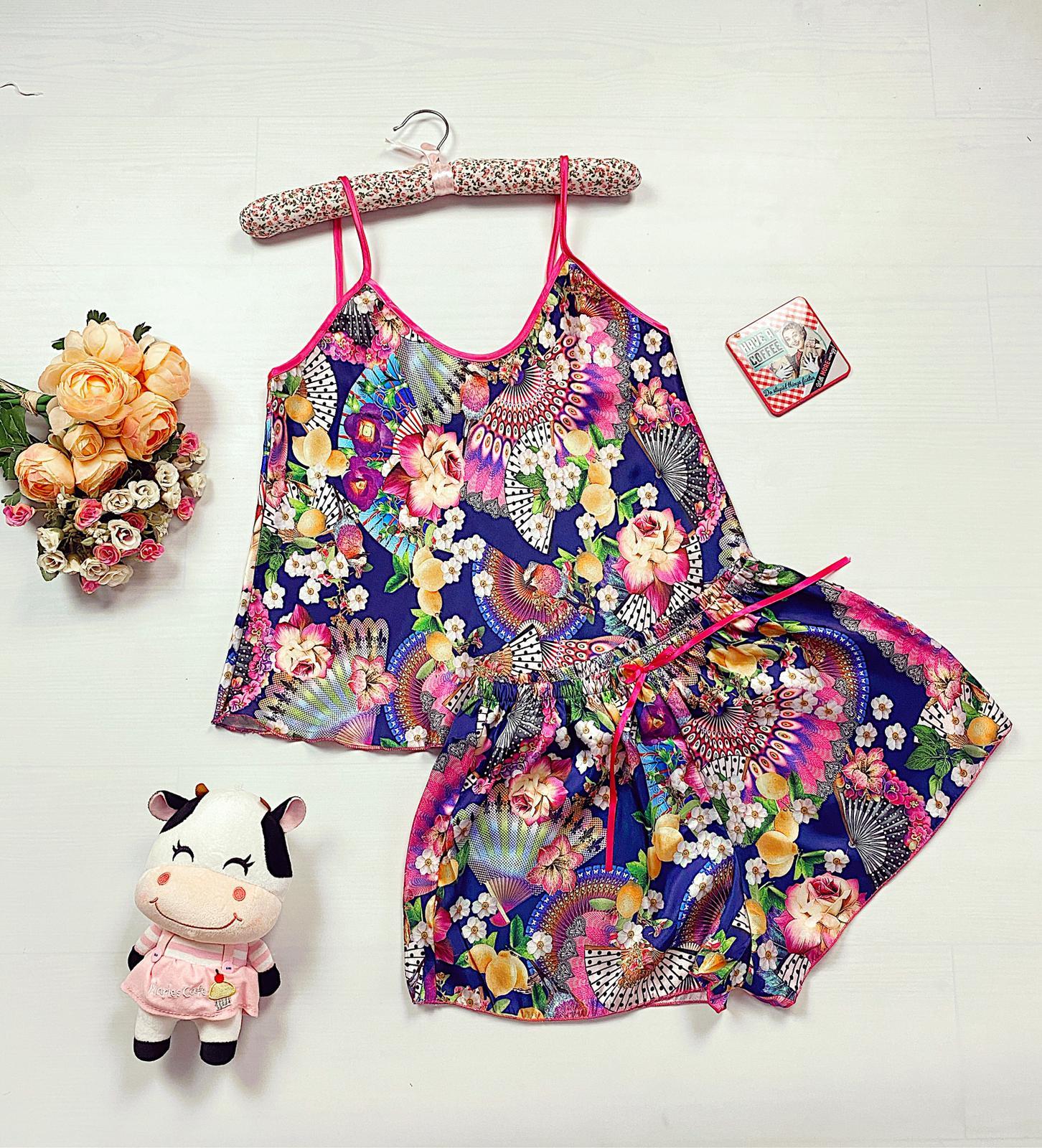 Compleu pijama set maiou si pantaloni scurti din satin premium colorat cu imprimeu Garden